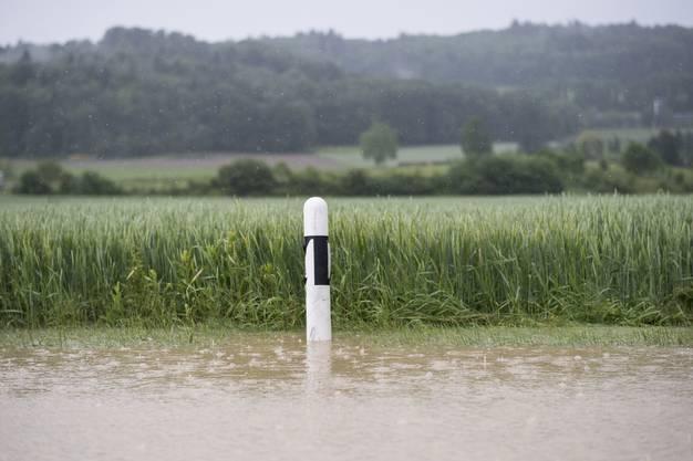 Eine überflutete Strasse in Dottikon.
