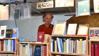 Andy Becker aus Brugg verkauft antike Bücher und kann auf Stammkunden zählen.