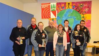 Ehrung verdienter Schützen (v.l.) René Uldry (Walterswil), Markus Borner, Urs Rauber (beide Boningen), Hans Hodel (Hägendorf-Rickenbach), Vorstandsmitglied Maureen Scussolin, Michael Imboden, Leoni Allemann, Fabian Wyss (alle Boningen).