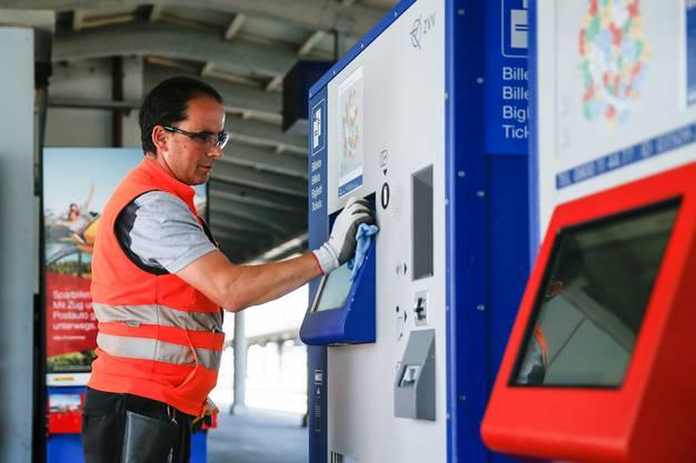 Bildschirm auf Hochglanz: Die Zufriedenheit der Passagiere hat für Arber Jetullahi höchste Priorität. Deshalb gibt er sich Mühe, dass alles, was die Fahrgäste anfassen, sauber ist.