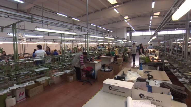 In dieser Fabrikhalle in Rumänien werden Schweizer Militärstiefel produziert