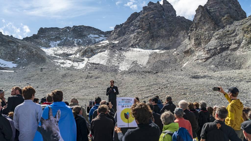 100 Umweltaktivisten trauern auf dem Pizol um den Gletscher