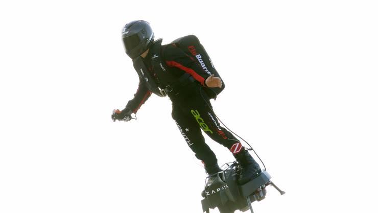 """Dem französischen Extremsportler Franky Zapata ist am Sonntag als erstem """"fliegenden Mann"""" die Überquerung des Ärmelkanals gelungen."""