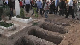 Menschen trauern um die Opfer des Konflikts in Syrien (Archiv)