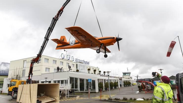 Ein neues Flugzeug wird zuerst zusammengebaut und dann auf dem Dach des Airport Hotels Grenchen plaziert. Es ist ein Werbeobjekt der Uhrenfirma Hamilton