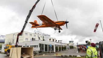 Flugzeug wird auf das Dach des Airport Hotels Grenchen gehievt