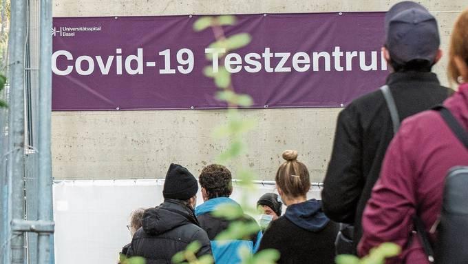 Im Universitätsspital Basel werden die Warteschlangen vor dem Testzentrum immer länger.