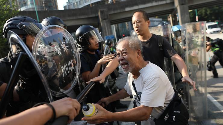 Bei Protesten in der Stadt Tuen Mun im Nordwesten Hongkongs ist es zu Zusammenstössen zwischen Demonstranten und der Poleizei gekommen.