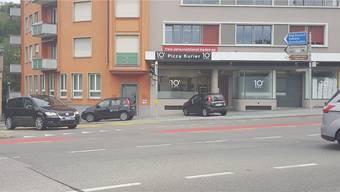 Oft gesehenes Bild: Während ein «Dieci»-Auto vor der Filiale bei der Hochbrücke parkiert, biegt ein anderes gerade auf die Wettingerstrasse ab.