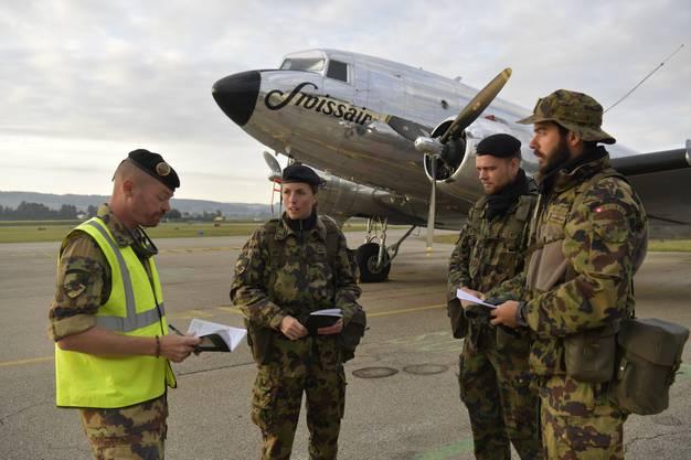 Besprechung mit Übungsleiter Daniel Spillmann, Oberstleutnant im Generalstab , Hauptmann Olivia de Weck, Feldweibel Yann Dumoulin und Oberleutnant Alan Casillas.