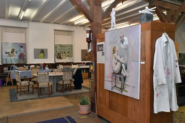 """Atelierausstellung 24.11-2.12.18 bei Christoph R. Aerni in Egerkingen. Hauptbild mit Christoph R. Aerni und seinen beiden Werken """"Ein Sonntag im Walde"""" und """"Fischsterben II"""""""