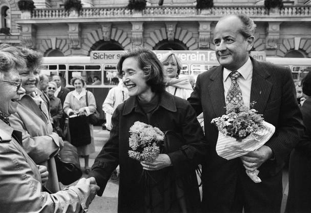 Elisabeth Kopp verlässt nach ihrer Wahl in den Bundesrat mit ihrem Mann Hans W. Kopp das Bundeshaus.