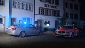 In einem Restaurant in Rapperswil (SG) wurden 3 Personen teilweise schwer durch ein Messer verletzt. Die mutmassliche Täterschaft ist ein Ehepaar. (8. April 2018)