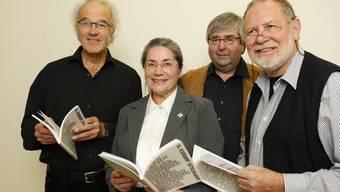 Das Neue ist da: Die Herausgeber Gerhard Vitt, Christina Borer-Hueber und Pierre Guertler (v.l.) freuen sich, dass das neue Laufner Jahrbuch zum 25. Mal in einer Auflage von rund 1600 Exemplaren gedruckt werden konnte. (Bild: Andreas Frossard)