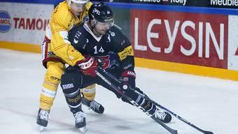 Zweikampf zwischen Fribourgs Ralph Stalder (vorne) und Biels Michael Hügli
