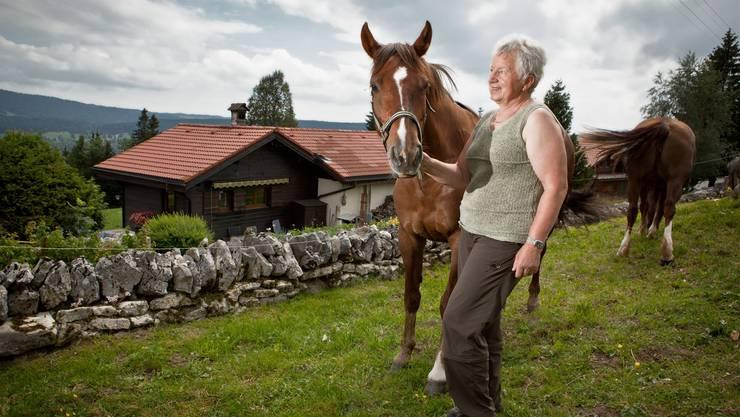 Heidi Frutschi und ihre Pferde leben mitten in der Natur. Eine Steinmauer trennt ihr Haus von der Weide.