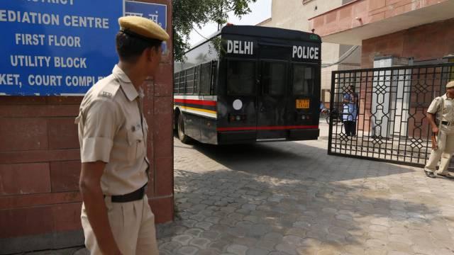 Ein Polizeibus bringt die vier Verurteilten ins Gericht