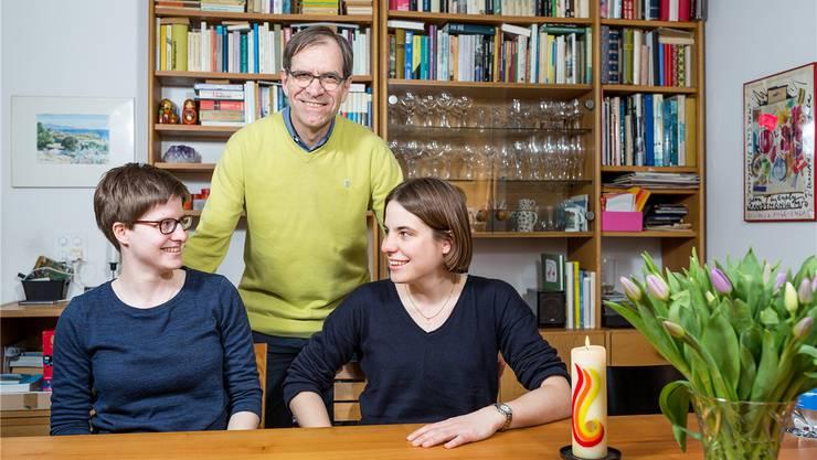 Mit ihrem Vater, Stadtrat Leo Geissmann, haben die Zwillingsschwestern Barbara (links) und Julia einen Experten zu Hause, was Einwohnerratsgeschäfte betrifft.