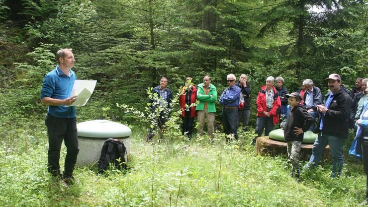 Revierförster Patrik Mosimann gibt den Wanderern Informationen zur Grabenbachquelle.