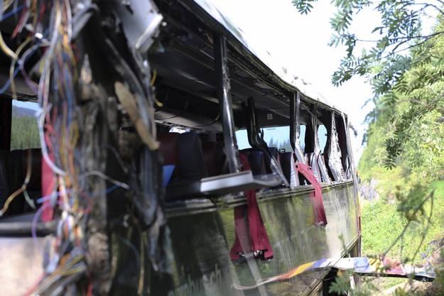 Der Bus war nach dem Crash in die Felswand völlig zerstört.