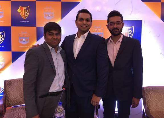 Krishna Raghavan, Sindu Sivasuntharam und Rohit Ramesh posieren in Neu-Delhi bei der Bekanntgabe des Deals
