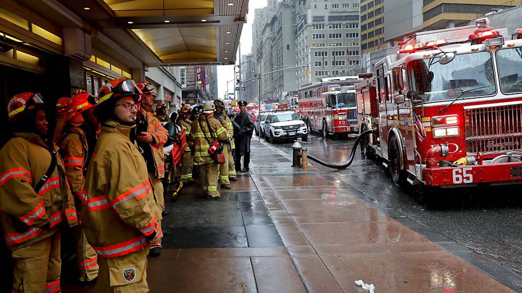 Die New York Fire Fighters machen sich zum Einsatz in der Nähe des Times Square bereit.