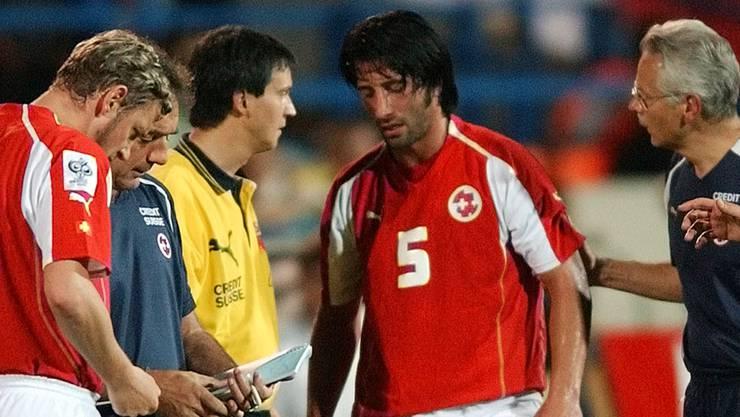 Murat Yakin muss in seinem letzten Länderspiel verletzt vom Platz.