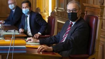 Zuerst die Alten - oder nicht eher die Magistraten? Bundespräsident Guy Parmelin (rechts), links von ihm Bundeskanzler Walter Thurnherr, der ebenfalls eine Impfung erhalten haben soll.