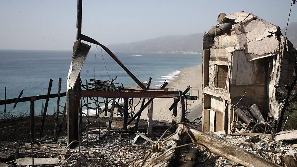 Ein verbranntes Haus am Zuma Beach in der Nähe von Malibu in Kalifornien. Die Feuerwehren Kaliforniens melden mindestens 44 Todesopfer. Es sind damit die schlimmsten Feuer in der Geschichte des US-Bundesstaates. (Mike Nelson/EPA)