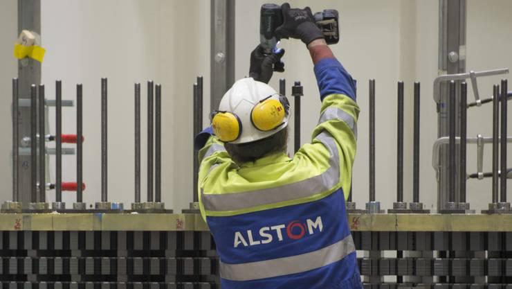 Ein Schweizer Alstom-Angestellter bei der Arbeit: Viele Mitarbeiter müssen nach wie vor um ihre Stelle fürchten.