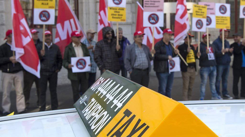 Basler Taxifahrer versammeln sich zu einer Protestaktion gegen Uber am Bahnhof SBB.