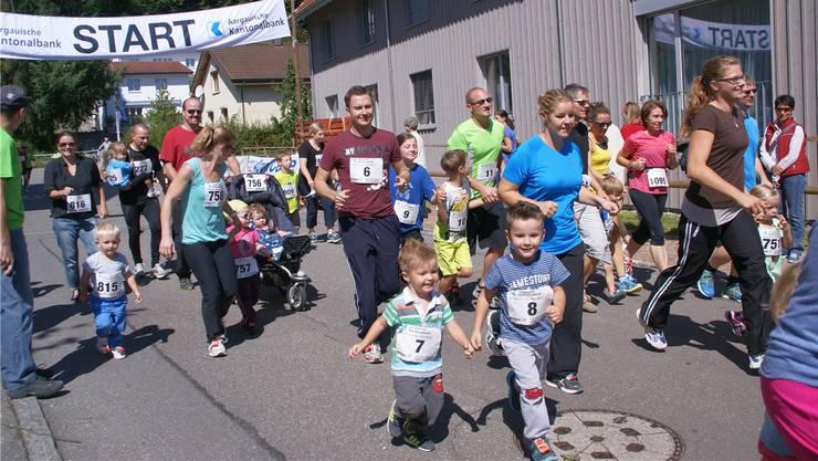 Die Familie Haltner mit den Startnummern 7 bis 9 beim Start zum Familienlauf.