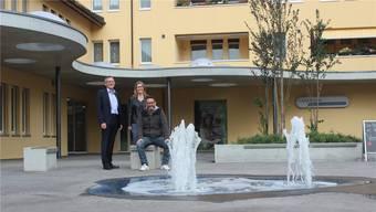 Andreas Gloor (Leiter Geschäftsstelle Erlinsbach der Clientis Bank Aareland), Gemeindepräsidentin Monika Schenker und David Fiore (Leiter Bau/Planung Gemeinde Erlinsbach) freuen sich über den neuen Platz.