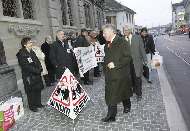 Die Limmattaler Gateway-Gegner protestieren vor dem Eingang zum Zürcher Ratshaus, wo der Kantonsrat tagt