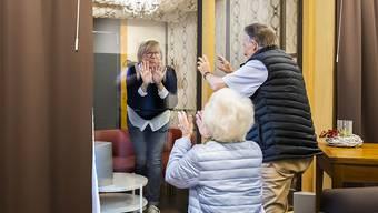 Besuche sind - mit Einschränkungen - wieder erlaubt. Der Kanton Basel-Stadt lockert das Besuchsverbot in Alters- und Pflegeheimen. (Symbolbild)