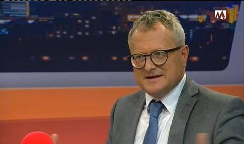 Moderator Werner De Schepper hakt nach.