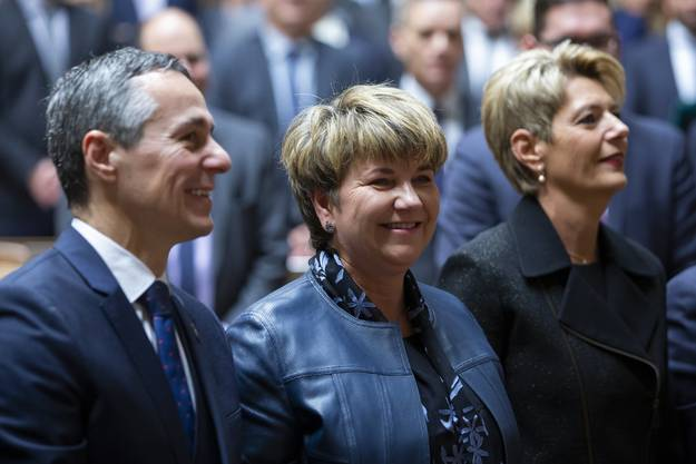 Die beiden FDP-Bundesräte an der Peripherie: Von den wiedergewählten erreichten sie am wenigsten Stimmen. Hier mit CVP-Überfliegerin Viola Amherd in der Mitte.