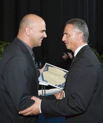 Didier Burkhalter (rechts) nimmt ein Geschenk von Ständeratspräsident Alain Berset entgegen.