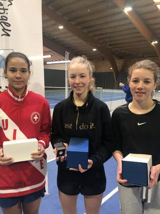 Aimée Frey (Mitte), errang  den Meistertitel (U16). Lea Markovic (links), U14 und Medea John (rechts), U12, wurden Vize-aargauermeisterinnen.