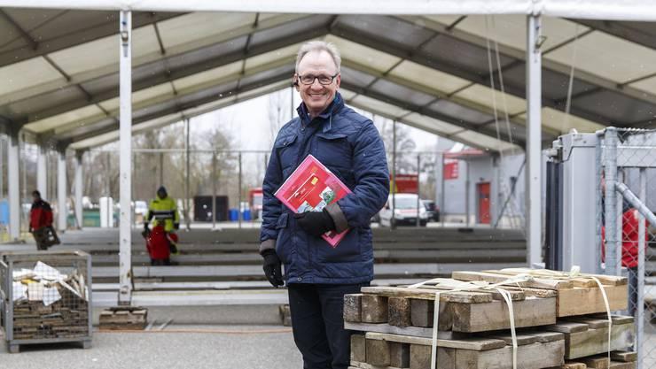 Co-Organisator Benno Krämer überwacht den Aufbau des Messezelts.