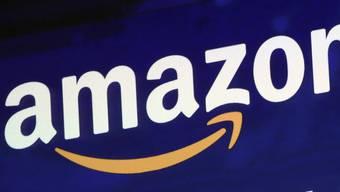 Zwar haben Schweizer Konsumenten wenig Vertrauen in internationale Tech-Handelsriesen wie Amazon, was die Datenweitergabe anbelangt. Doch der Wunsch nach günstigeren Preisen treibt sie dennoch auf diese Plattformen. (Themenbild)
