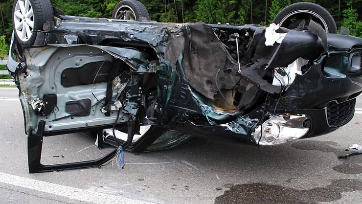 Die 48-jährige Autolenkerin erlitt bei einem spektakulären Unfall in Thayngen SH trotz des total beschädigten Fahrzeugs nur leichte Verletzungen. (Bild: Schaffhauser Polizei)