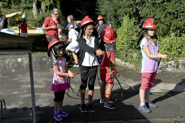 Einmal selber Feuerwehr spielen und mit echtem Wasser und Feuerspritzen ein - allerdings nur gemaltes - Feuer bekämpfen.