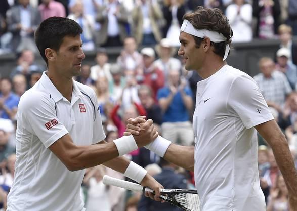 Handshake nach dem 40. Duell zwischen Djokovic (l.) und Federer.