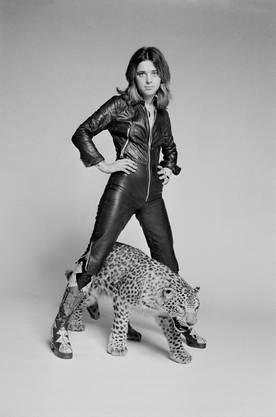 Kleines grosses Vorbild: Suzi Quatro posiert 1973 in Ganzkörper-Lederkluft. Bild: Getty Images