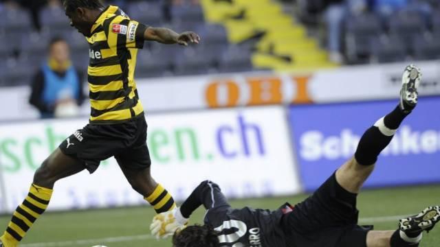 Xamax-Goalie Luca Ferro kann gegen Seydou Doumbia klären
