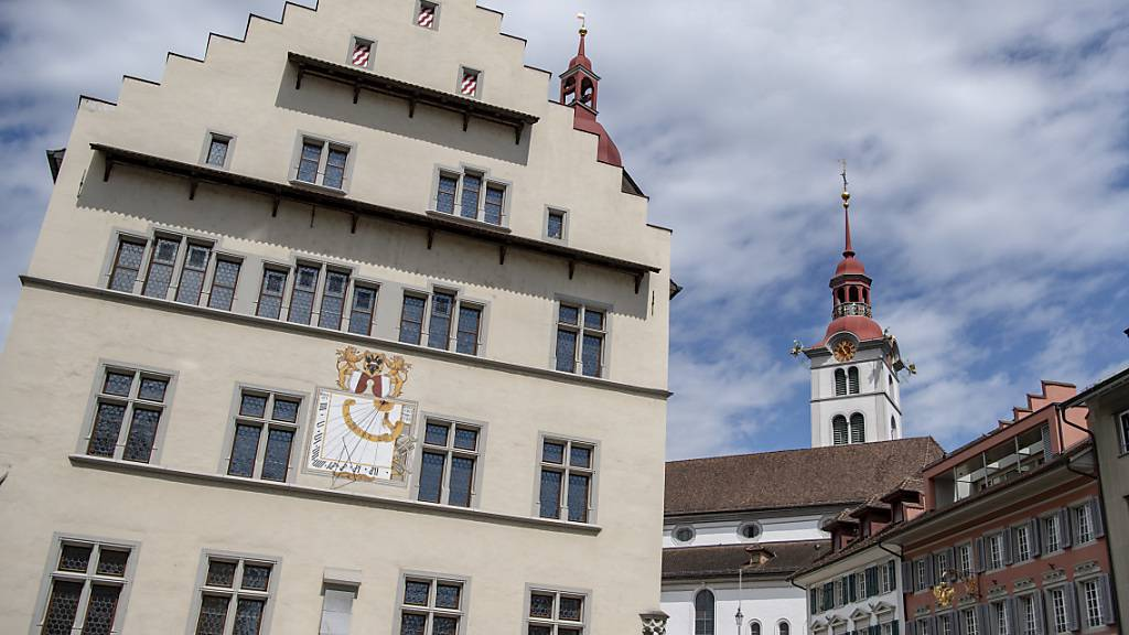 Das Rathaus in der Altstadt von Sursee: Der Stadtrat lässt die Kommissionsarbeit überprüfen. (Archivbild)