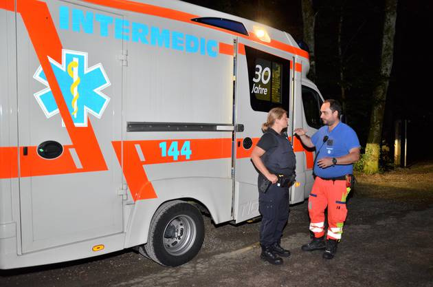 Ein Sanitäter hat die Polizei gerufen, weil eine Patientin sich weigert, ins Spital gebracht zu werden.