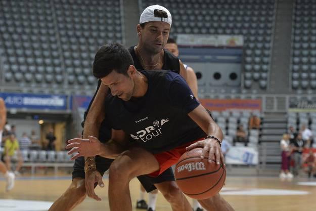 Novak Djokovic beim Baskettballspiel mit dem positiv auf das Coronavirus getesteten Bulgaren Grigor Dimitrov.