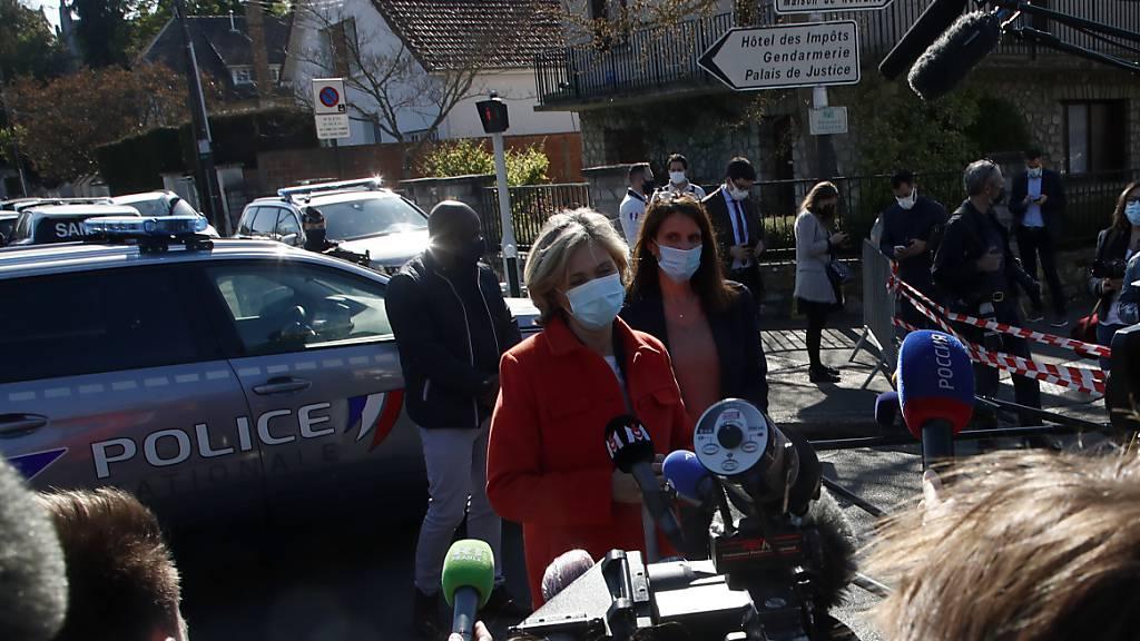 Valerie Pecresse (M), Leiterin des Regionalrats der Ile de France, spricht mit Pressevertretern neben der Polizeistation in Rambouillet. Foto: Michel Euler/AP/dpa